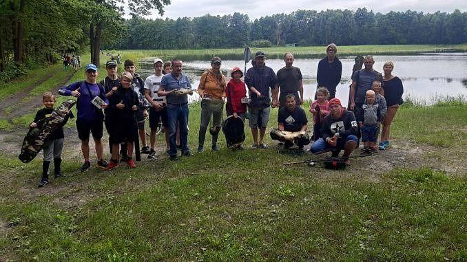Grupa uczestników zawodów z okazji Dnia Chemika - dzieci i dorośli