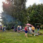 Ludzie w zieleni na pikniku - ognisko, grill