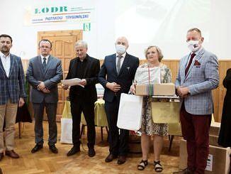 Nagrodzona stoi w otoczeniu organizatorów konkursu