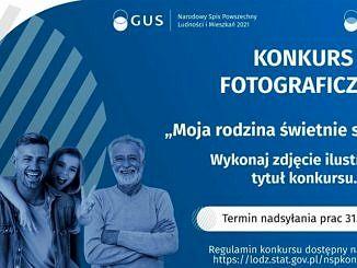"""Plakat GUS: na niebieskim tle grupa ludzi w różnym wieku i napis Konkurs fotograficzny"""" Moja rodzina świetnie sie spisuje"""""""