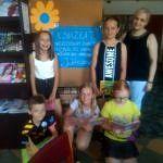 Dzieci z bibliotekarkąz książkami