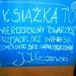 Niebieski plakat z napisem autorstwa Kraszewskiego: Książka to nierozdzielny towarzysz, przyjaciel bez interesu, domownik bez naprzykrzenia