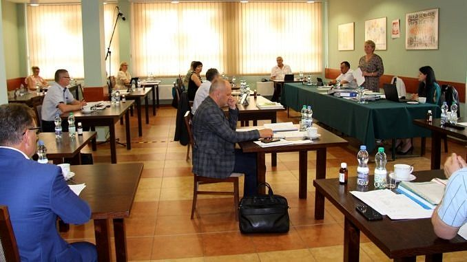 obrady sesja radni przy stolikach