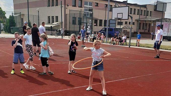 dzieci na boisku orli - dziewczynki kręcą hula hop