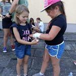 dzieci uczą się bandażować ranę