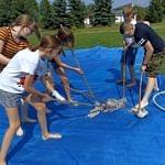 """Dzieci grają w """"hokeja"""" mopami"""