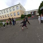 zabawa dzieci na boisku