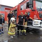 Mały strażak podczas akcji gaszenia - pokazy u strżaków