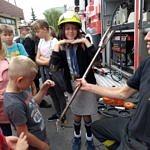 Strażacy pokazują swój sprzęt