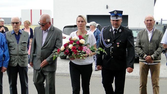Delegacja skład kwiaty pod pomnikiem