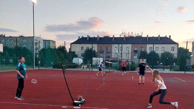 """Zawodnicy grają w badmintona na boisku """"Orlik"""""""