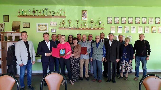 Członkowie Społecznego Komitetu Obchodów Dnia Ziemi Majkowskiej i wójt Roman Drozdek