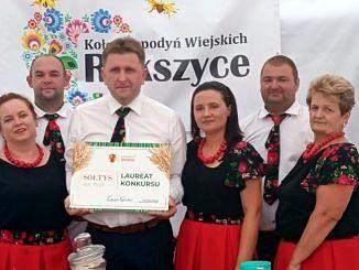 Sołtys Rokszyc w otoczeniu pań z KGW z dyplomem