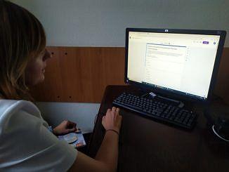 Kobieta wypełnia ankietę w komputerze