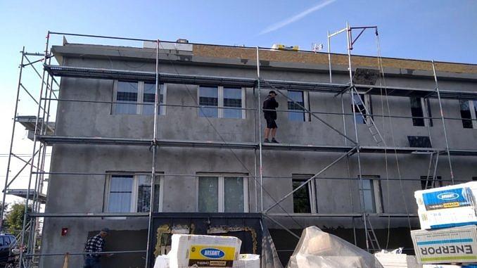 Remont elewacji - rusztowania ustawione przy ścianach