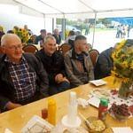Ludzie przy stołach biesiadnych