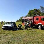 Pokaz ratownictwa strażacy wyciągaja rannych z samochodu