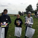 Troje młodych zwycięzców konkursu historycznego z ngrodami w dłoniach