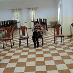 Kobieta po szczepieniu czeka na sali