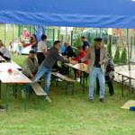 Mieszkańcy przy stołach biesiadnych