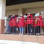 Występ orkiestry w czerwonych strojach
