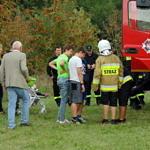 Ludzie przy wozie strażackim