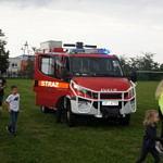 Samochód strażacki i dzieci przy nim