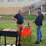 Dwaj mężczyźni przy grillu