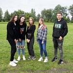Pięć młodych osób