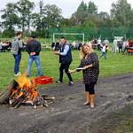 Mieszkańcy przy ognisku