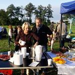 Mieszkańcy częstują się potrawami ze stołów