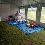 Pod namiotem kącik zabaw dla dzieci