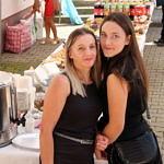 Dwie młode kobiety w czarnych strojach