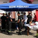 plenerowy namiot KGW Piekary i strażacy przy grillu
