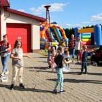 Dzieci podczas zabaw z animatorką