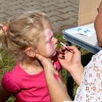 Dziewczynka podczas malowania twarzy