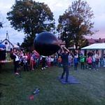 Tłum ludzi i pokazy - człowiek z wielkom czarnym balonem