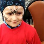 Dzieco z pomalowana buzią