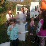 Dzieci przy stanowisku z watą cukrową