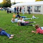 Dzieci na trawie podczas konkursów