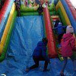 Dzieci na kolorowej zjeżdżalni