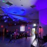 zabawa taneczna w sali przy kolorowych światłach