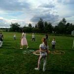 Dzieci podczas zabaw z animatorami - hula-hop