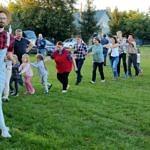 dzieci i dorośli tworzą wąż podczas wspólnej zabawy