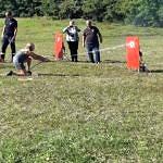 Dzieci trafiają do celu strażacką sikawką