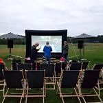Kino plenerowe - ekran i leżaki