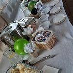 Przysmaki i zastawa na stole piknikowym