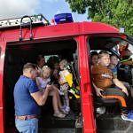 Dzieci w samochodzie strażackim