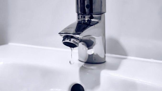 Woda cieknąca z kranu