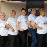 Członkinie KGW w białych koszulkach z napisem KGW i motywem ludowym